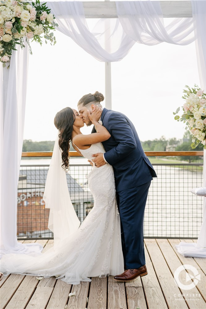 April Wedding - Just marry Weddings - Complete Weddings and Events - First Kiss